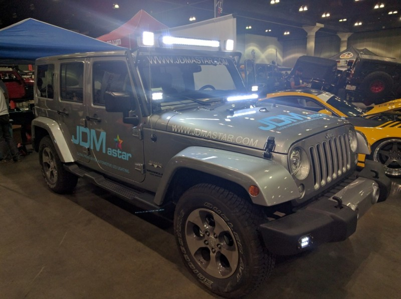 Wrangly Autocon lights on.jpg